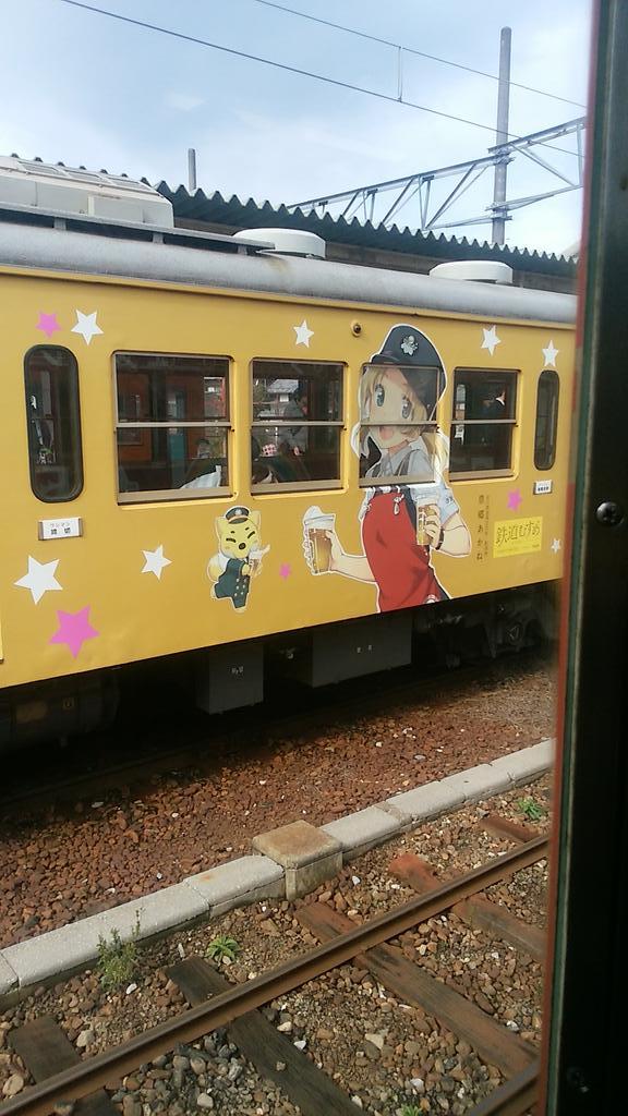 八日市駅で鉄道むすめの豊郷あかねラッピング車両とすれ違い。 https://t.co/CVu0IR0zCG