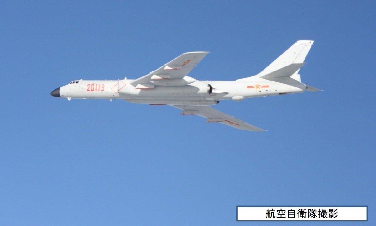 航空自衛隊スクランブル機撮影写真による中国H6爆撃機の見分け方。 機首が黒いレドームで空気取り入れ口が拡張されているのは空軍のH6K。 機首が透明で下面に大きなアンテナフェアリングがあるのが海軍のH6G。 https://t.co/Kd2V0A6F4a