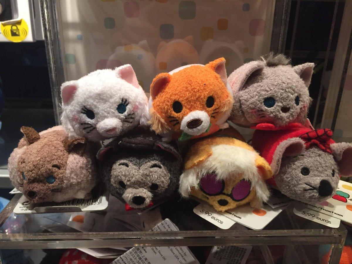 Les Tsum-Tsum des Aristochats sont arrivés dans les boutiques de #DisneylandParis au prix de 5,99€ !   http:// dlrpexpress.fr/article-LesNou veautsMerchandisingDisneylandParisjanvier &nbsp; … <br>http://pic.twitter.com/zNlUCgmp2F