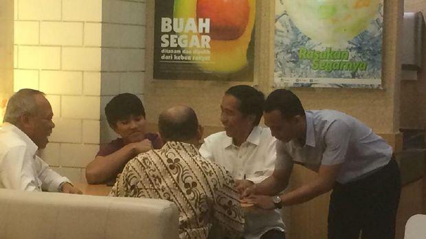 Presiden @jokowi Beli Sarung di Plaza Pekalongan Usai Hadiri Maulid Nabi https://t.co/2dr4BW0e4F https://t.co/aG3LudtVqT
