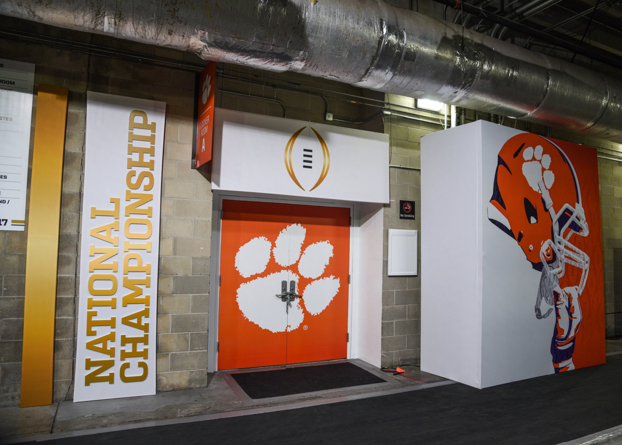 Locker room entrance looking nice...   #ALLIN #NationalChampionship https://t.co/MRSaXuEFlm