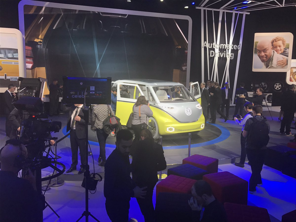 ... photo 09/01/2017 12:15:11 Everyone's abuzz at @VW @MotorWeek #NAIAS