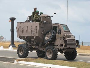 test ツイッターメディア - ブッフェル装甲兵員輸送車 車体はメルセデス・ベンツのウニモグから流用し、V字型底面にすることで地雷の爆風を逃がす。派生型合わせて約1400輌が生産された。 退役後、ウガンダ、スリランカに輸出されている。https://t.co/0SNPCS10A4