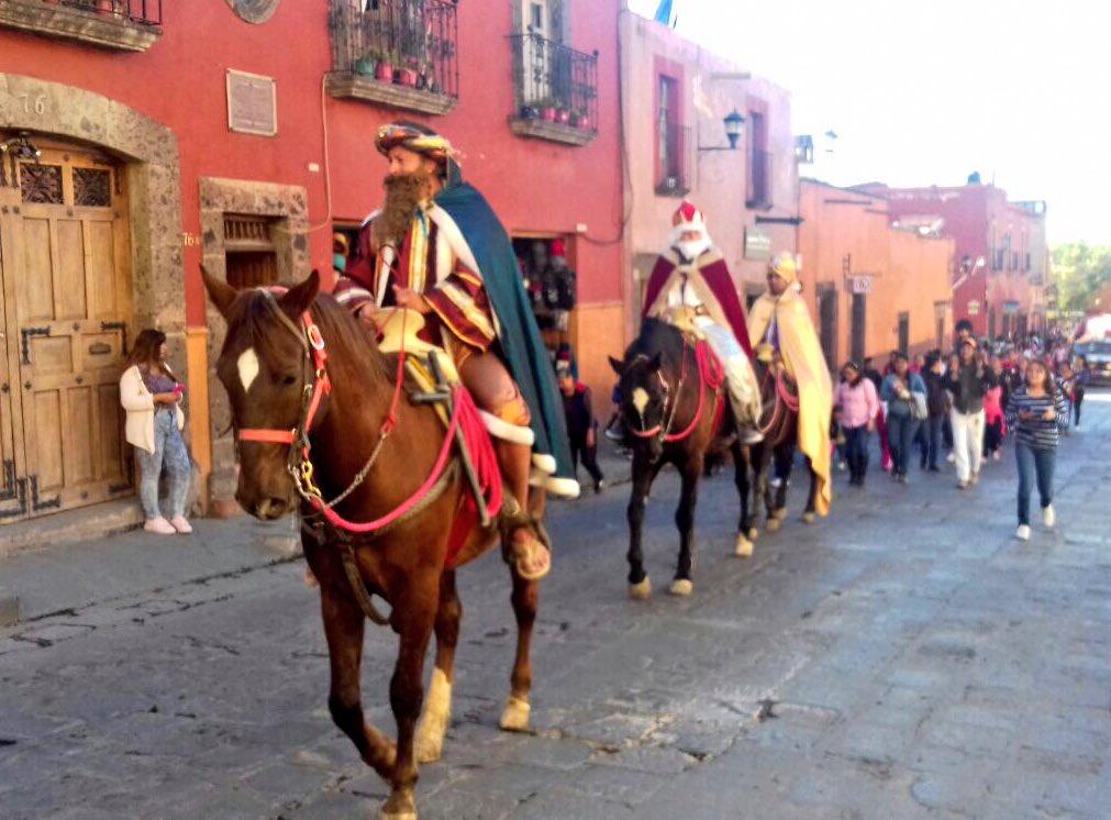 Cuando los #ReyesMagos entran a #SanMigueldeAllende un lunes por la tarde... la rosca de #Reyes este año mide 320 metros <br>http://pic.twitter.com/u4FpGgmzqn