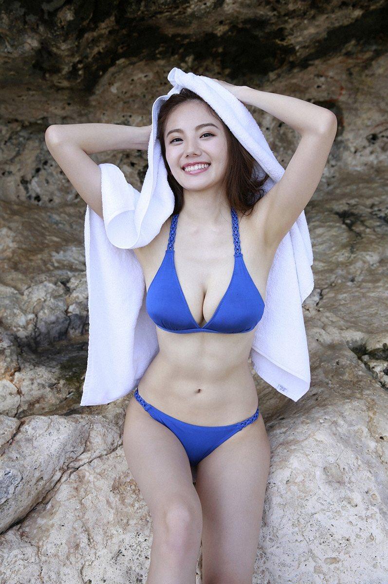 濡れた髪をタオルで拭く笑顔が可愛い伊東紗治子