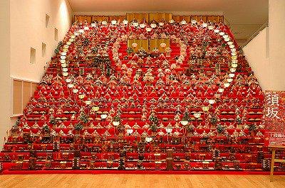平成29年1月19日(木)~4月16日(日) 信州須坂 三十段飾り 千体の雛祭りが開催されます。  「三十段の雛飾り 」を世界の民俗人形博物館と須坂版画美術館の2館で展示します。  https://t.co/0jrxoCZjFM https://t.co/G2SoiuVEC5