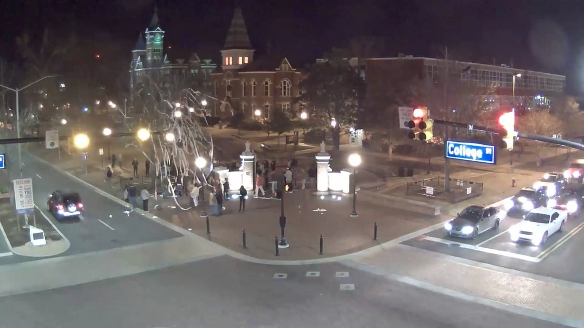 Alabama loses and Toomer's Corner gets rolled: https://t.co/dLAcNJplf0
