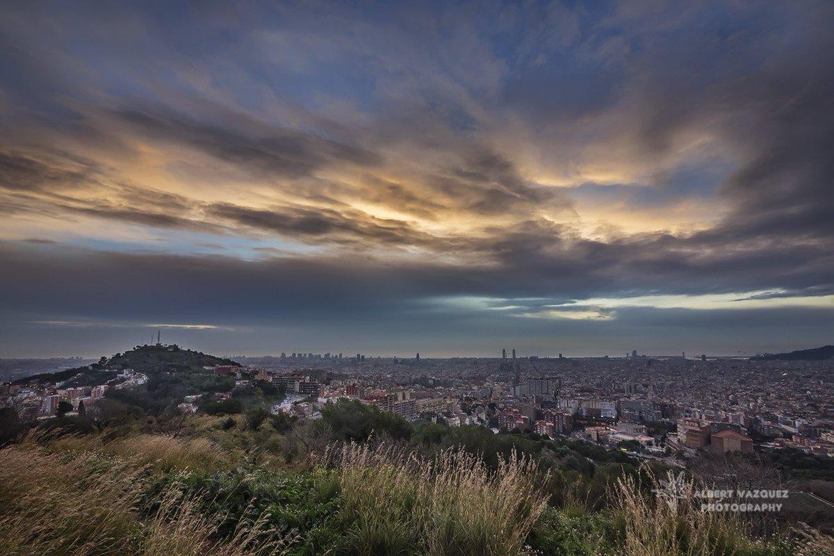 Bon dia #Barcelona #sensesortidadesol #fred @SoniaPapell @meteocat @ARAmeteo @btvmeteo @Monica_Usart @AlfredRPico @Abelunimbus<br>http://pic.twitter.com/IMRtpeF2sL