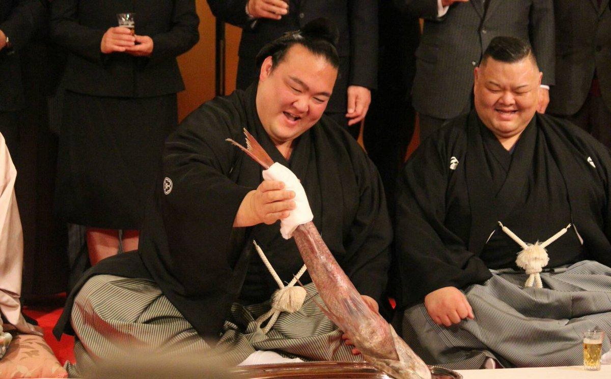 <稀勢の里横綱!>伝達式後、鯛を持っての記念撮影。 #sumo