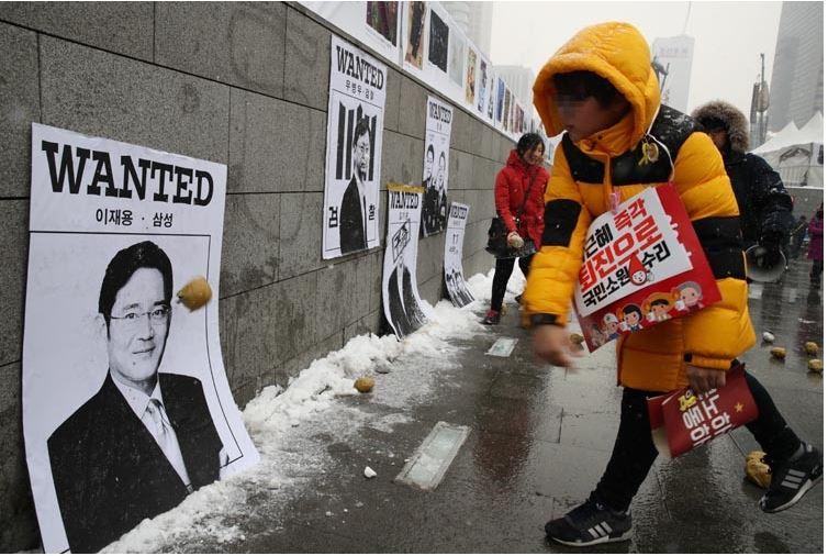 憎しみ。  韓国で話題の写真。サムスンの副会長の写真にモノを投げる少年。私は子供に憎しみを教えるのは…