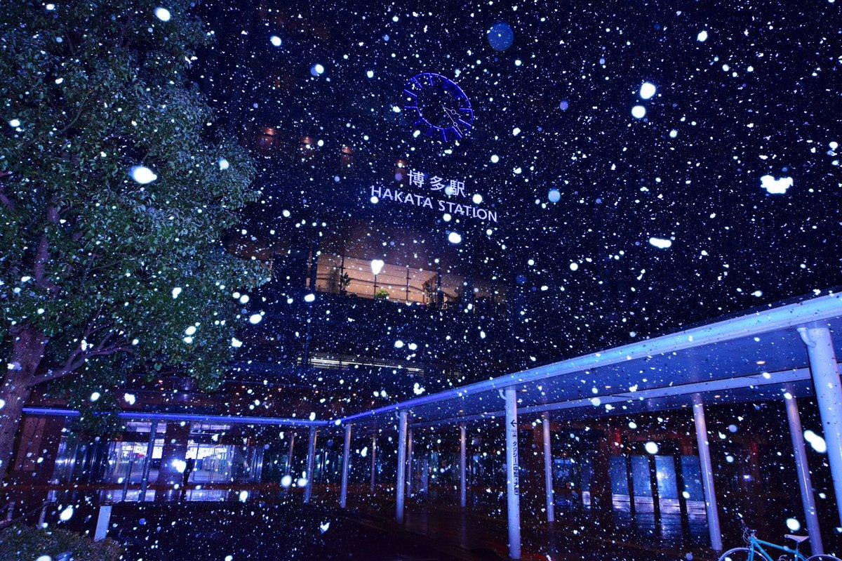 午前3時、雪の舞う博多駅前。