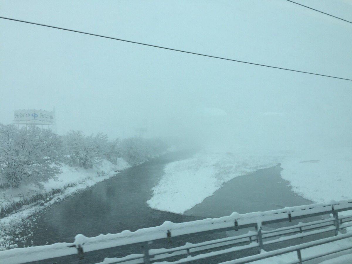 東海道新幹線は彦根、米原あたりが吹雪のため、徐行運転で20分遅れています。 それでも、「東京駅◯時5…