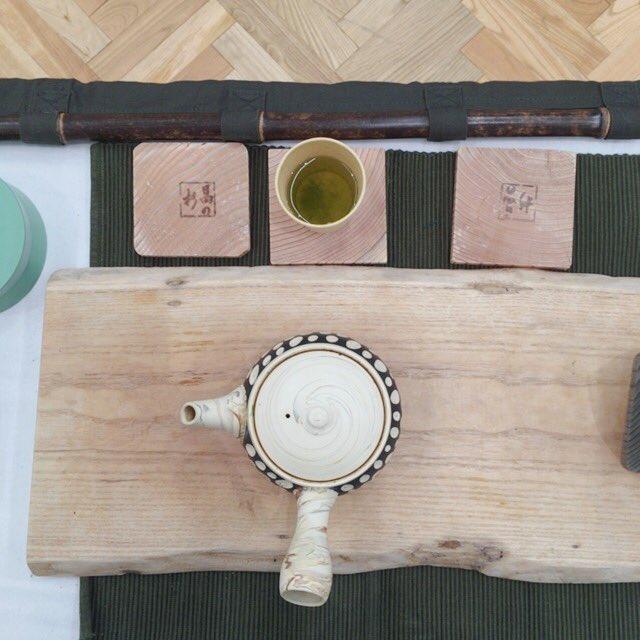 急須の蓋についている穴 正しい位置は注ぎ口側のこの位置☺️ 蓋がぴたりとなるし、注ぐときに急須の中でちゃんとお湯が回転しておいしいお茶がはいります 急須の写真を取る時もお茶の仕事をしている人は絶対この向きにします笑 #茶 #ミスiD https://t.co/gX0ymNfmni