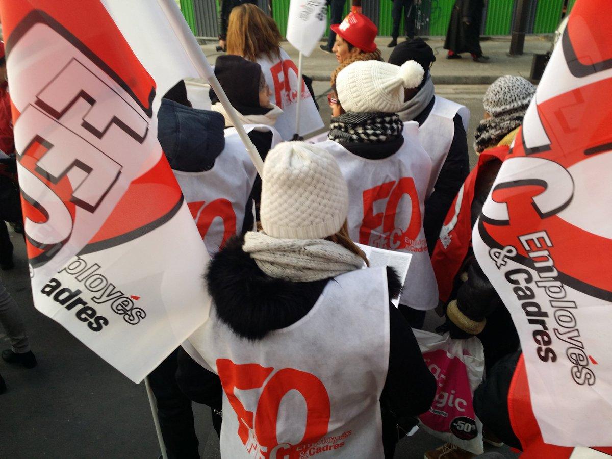 &quot;Non aux licenciements&quot; rassemblement #vivarte #fo #commerce <br>http://pic.twitter.com/QPeShTYuC5