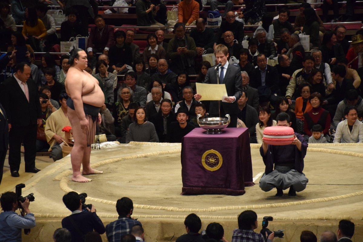 <千秋楽の様子>日仏友好杯。今場所はピンクのマカロン。#sumo