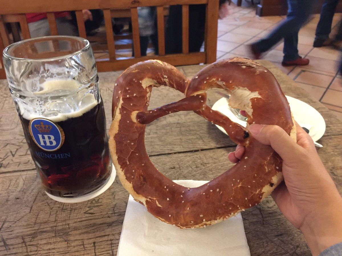 ドイツ飯ってどんな?って話題で「ビールじゃがソーセージ」ってのはよく聞く返しだけど、「顔ほどでかいプレッツェルが当たり前に売ってて、顎疲れるほど硬く岩塩付きまくりでしょっぱい。けどこれがやみつきになる。しかも300円。」という返しはなかなかお目にかかれないし、それを伝えたい。 pic.twitter.com/QmUDxP5ijH