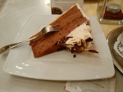 何度か話題に上がっているドイツでケーキが運ばれてくる時のあの問題。多くは倒れて、フォークが突き刺さっ…
