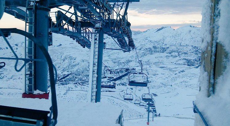 Abrimos:4/5 remontes,10/15 pistas,6.543 Km esquíables de nieve polvo-dura. Nubes. Accesos abiertos. @dxtasturiano #nieve #buenashuellas