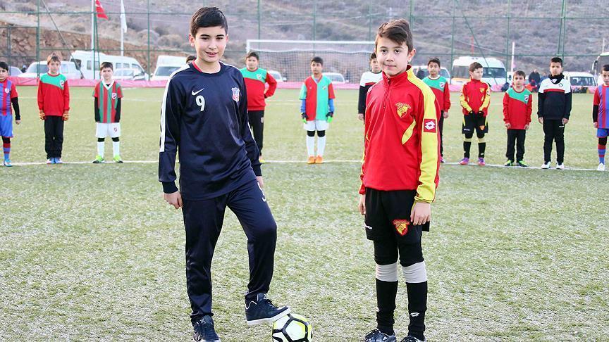 Minik futbolcular şehit Fethi Sekin için sahada https://t.co/JUVk8FBcl...