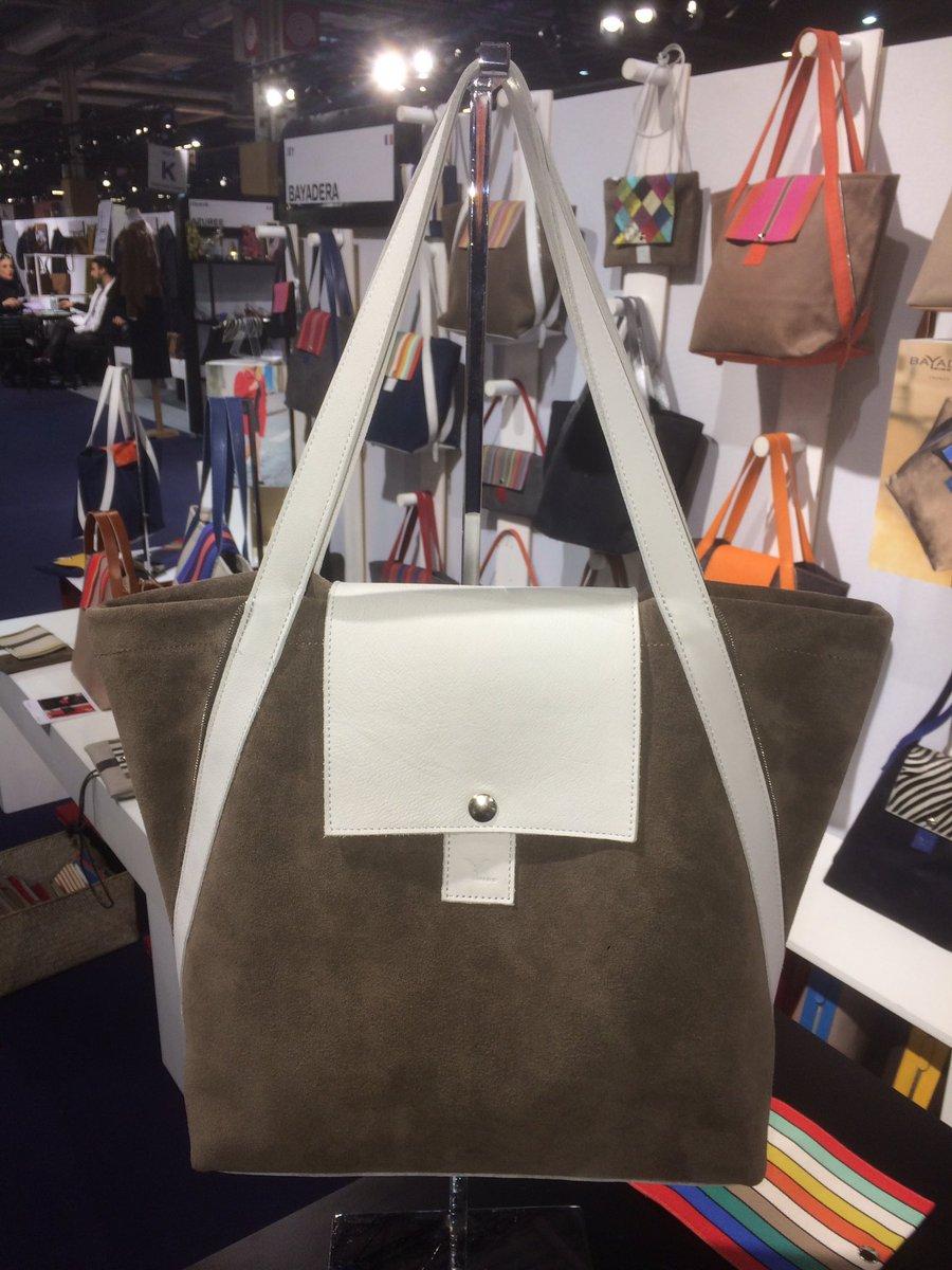 Encore une belle journée @premiereclasse #Paris. Envie de rabats clairs pour le #sac évolutif Makila cuir velours bronze #FashionWeek #bag<br>http://pic.twitter.com/4UO5CZnl1H