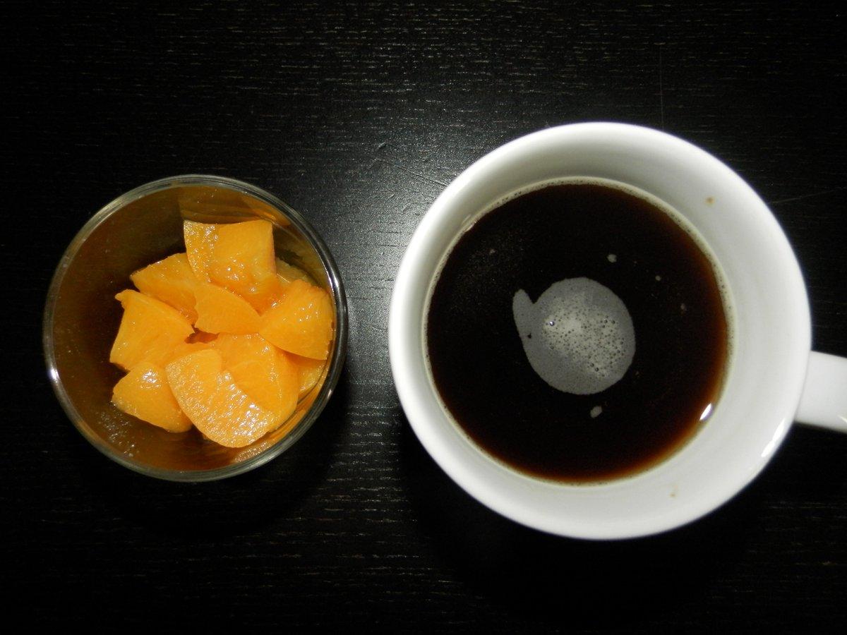 Un petit café noir et des pêches, cela ne se refuse pas.. #vegan #veganisme #life #healthy<br>http://pic.twitter.com/3cT6Kui38J