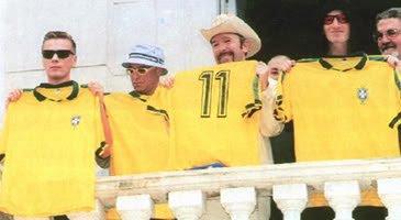 U2 com as camisas da seleção brasileira em 1998 #U2ComeToLatinAmerica https://t.co/i7XFdjodbl