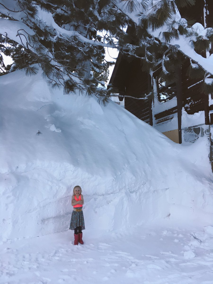 Mountain of snow in my front yard. My own private ski hill. Only $1 lift tickets!  @MammothMountain #snowpocalypse <br>http://pic.twitter.com/oH3Pcsv3g5