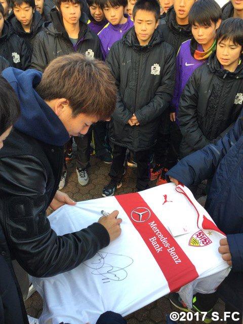 【ジュニアユース・ドイツ遠征3日目】 ジュニアユースの選手たちは、浅野選手からサインをもらったり、一…