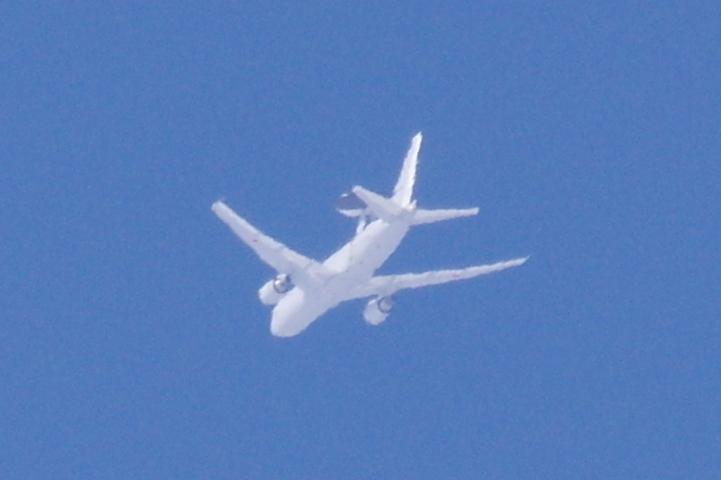 それと、いま宇宙センターの上空で一瞬青空が見えて、そこを飛行機雲が横切ったのですが・・・おおっw https://t.co/qVTU5EVCTA