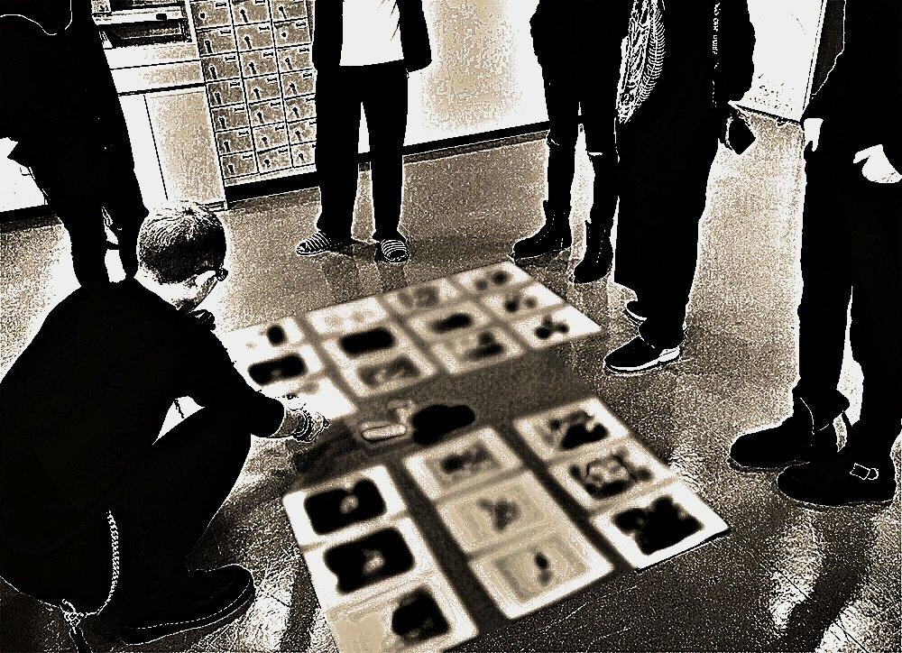 リハ前にFC限定映像作品のジャケット打ち合わせを行いました。デザインを広げる場所が見つからず…床に広…