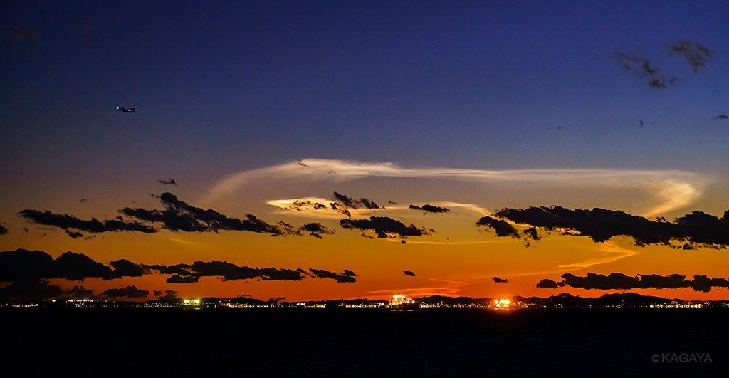 先ほど南西の空低くに現れた発光雲。H-IIAロケット打ち上げによるものと思われます。(17:51 東京湾より撮影) https://t.co...