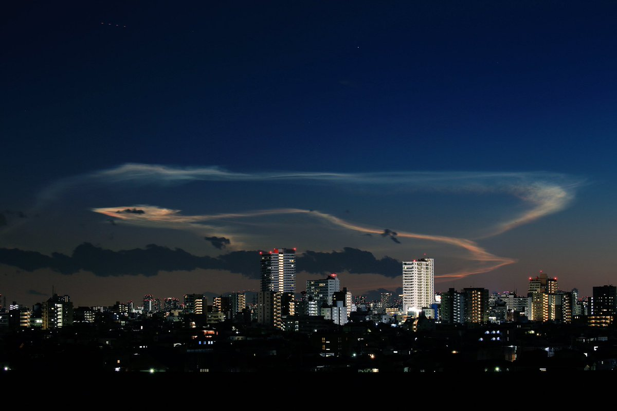 H2Aロケット32号機由来の夜光雲が関東からも鮮やかに! #H2A  #夜光雲 https://t.co/jVjmX0ScEO