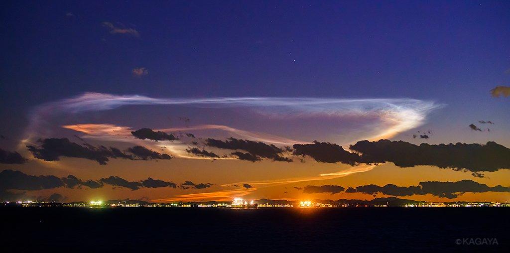 本日18時前後、南西の空低くに現れた発光雲です。H-IIAロケット打ち上げによるものと思われます。夕暮れの薄明の中、30分ほど見えていました。空が暗くなるにつれ、複雑な色彩と繊細な構造が見えてきました。(1月24日18時01分 東京湾より撮影) pic.twitter.com/uMbhwHxgSr