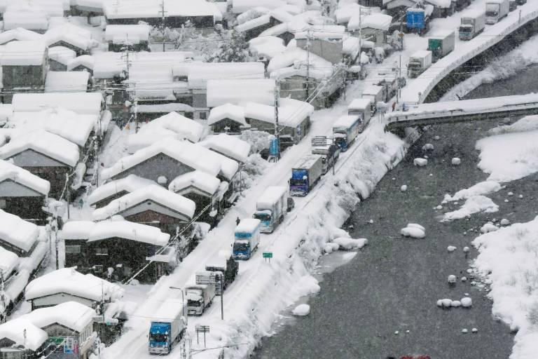 Neve no Japão causa engarrafamento de mais de 20 horas: https://t.co/stkLXuLjIa
