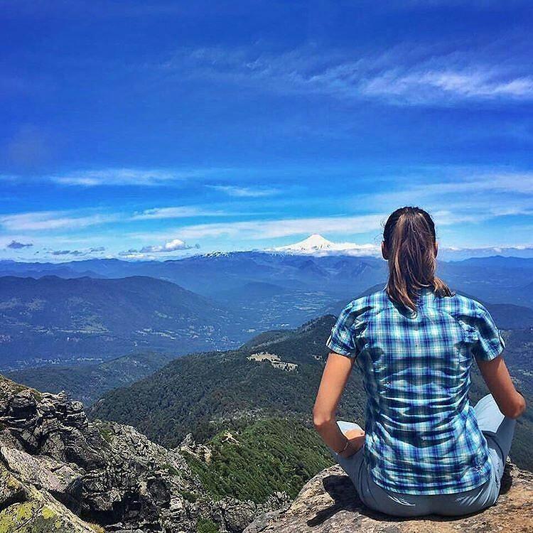 Foto @hotelviravira -  Um dos mais belos mirantes naturais da Parque Nacional Huerquehue #Pucon #Chile🍃 🌋🌳. A Avent…