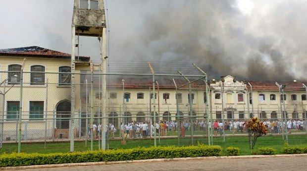 Ao menos 200 presos fogem durante rebelião em presídio no interior de...