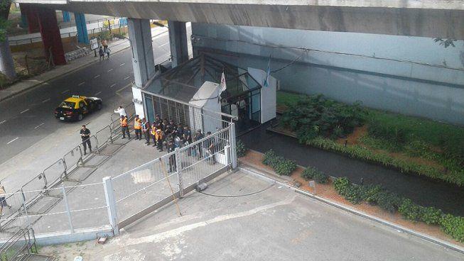 AGR-Clarín: guardia policial en la puerta de TN. #ClarínDespide y no l...