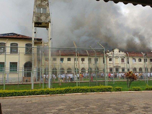 Onda de pânico após rebelião em presídio fecha escolas e comércio em B...