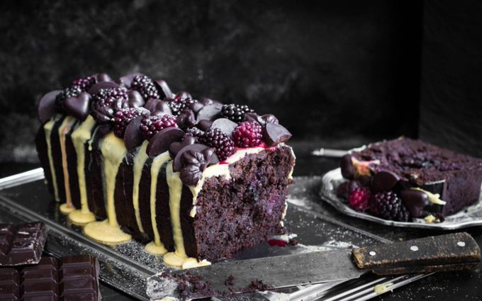 Sugar-Free Dark Chocolate and Blackberry Cake With Saffron Frosting [Vegan]