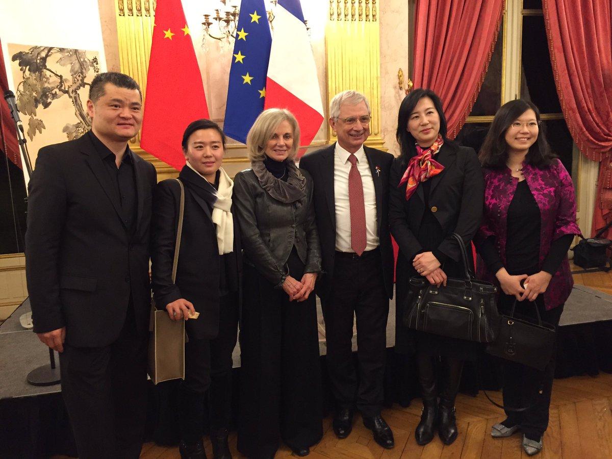 Nouvel an chinois à l&#39;Hôtel de Lassay avec @claudebartolone #nouvelan2017 #nouvelanchinois<br>http://pic.twitter.com/4paQE6BR4F