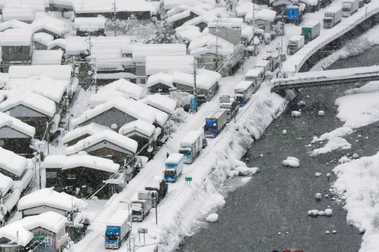Neve no Japão causa engarrafamento de mais de 20 horas: https://t.co/4U5oRajige