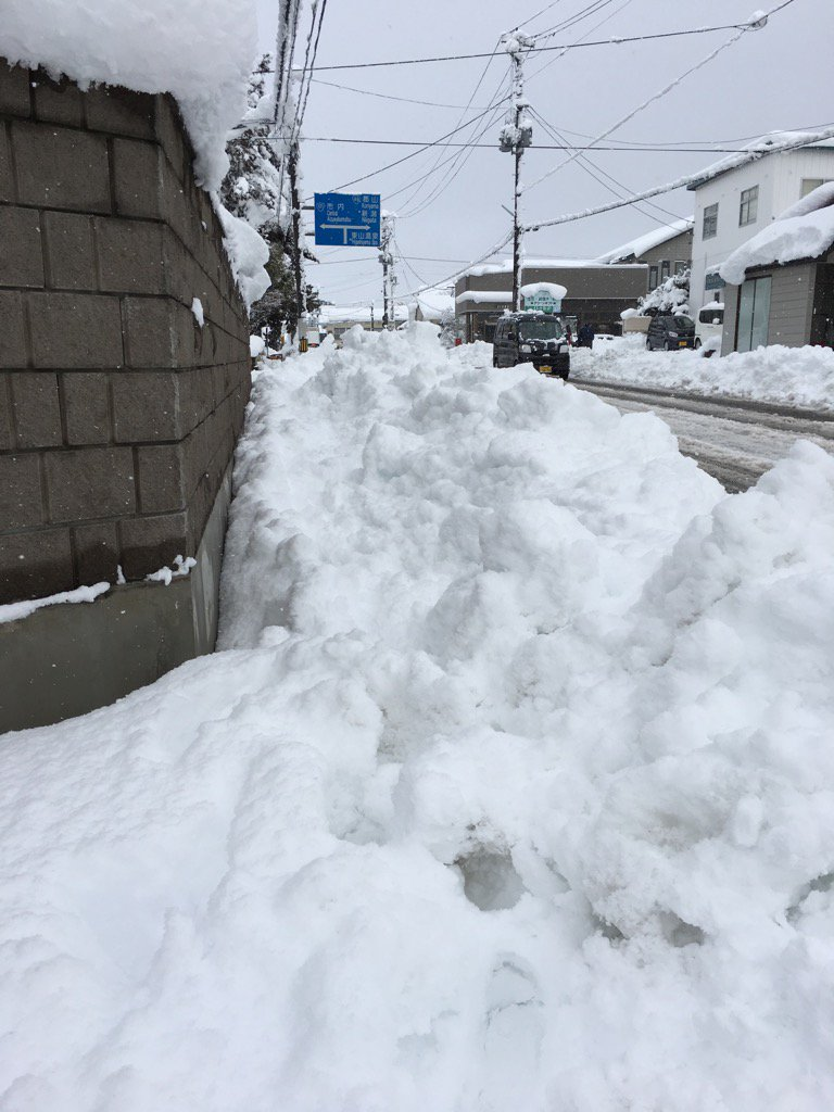歩道がこうなったら人はどこを歩けばいいのでしょうか!! あんまりだ〜〜!! https://t.co/gYdixx8Skz