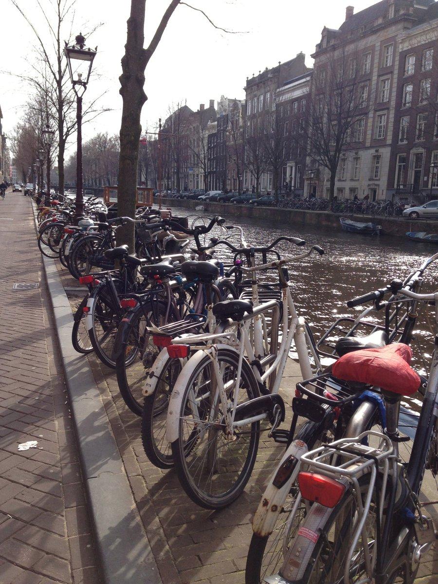 Un petit tour à vélo dans #Amsterdam ça vous dit ?!  @AmsterdamVelo @Amsterdam_FR @Iamsterdam @AdamEvnmnt @hollandtourism @QueGraffiti<br>http://pic.twitter.com/863pQ5YnTV
