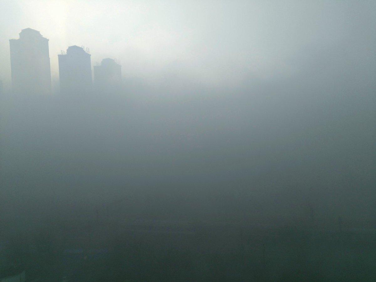 武汉雾霾实拍,汉口火车站铁轨附近。 https://t.co/jHCqYECrxK