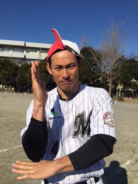 赤白帽を被り喜ぶ荻野貴選手。「よく、こうやって遊びませんでした?懐かしい」とのこと。童心にかえってい…