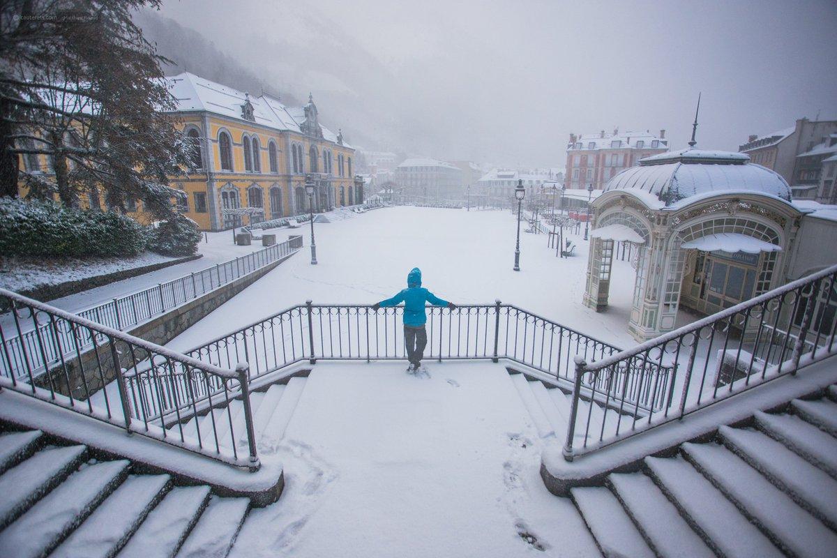 L'esplanade des oeufs avec son manteau blanc est magnifique. Ce matin à #cauterets #occitanie #destinationpyrenees<br>http://pic.twitter.com/ja5M2dJ3UI