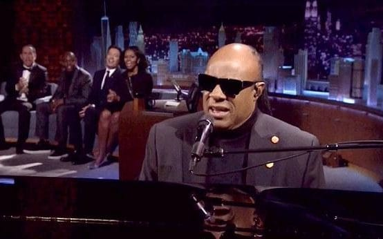 #StevieWonder chante pour #MichelleObama au #tonightshow with @jimmyfallon   http://www. funku.fr/2017/video-ste vie-wonder-chante-pour-michelle-obama/ &nbsp; … <br>http://pic.twitter.com/kQhzBjmvtM