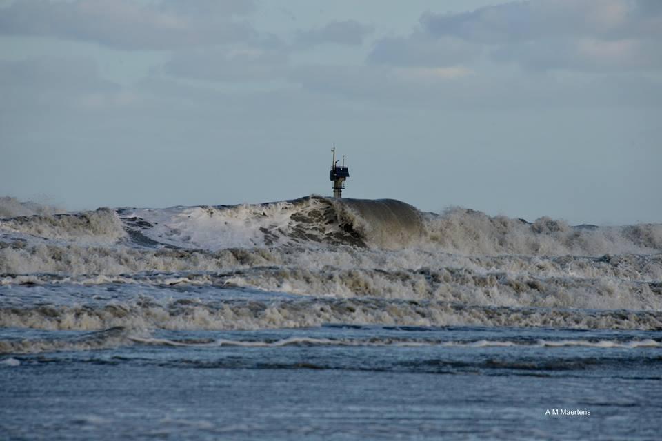 De zee ziet er spectaculair uit, maar stormverwachtingen zijn afgezwakt https://t.co/PLabPLlRcp  #storm #stormtij foto: @MaertensAnne https://t.co/AaeCWqRYjG