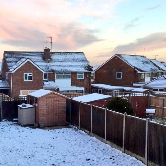 La vue de mon jardin en U.K. ce matin  #snowday #likeachild<br>http://pic.twitter.com/R2MlFxxlLX