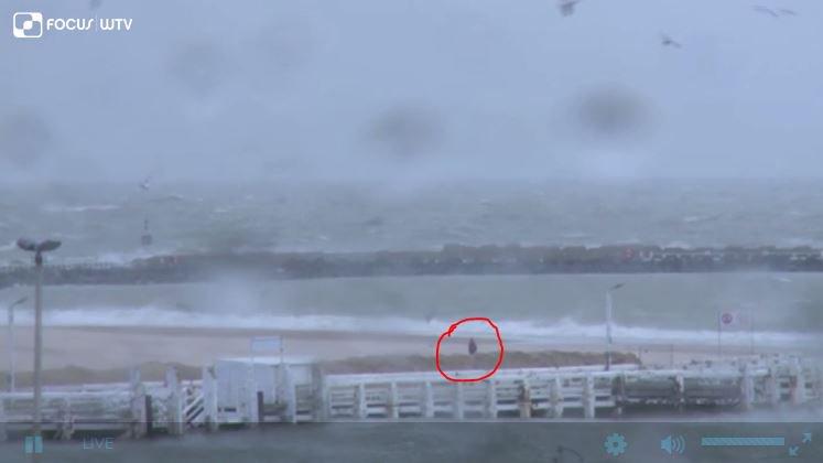 Toch een waaghals op het strand van #Oostende. Piek van de #storm nadert. Volg het verder live op https://t.co/rhyjSiJcEW https://t.co/EAlaL6QhCb